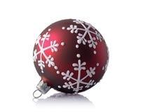 美丽的红色圣诞节球特写镜头与雪花样式的 免版税库存图片