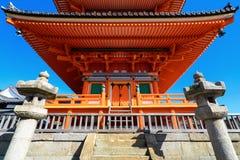 美丽的红色塔的前面Kizomizu-dera寺庙的在京都 库存照片