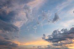美丽的红色天空和云彩在日落,五颜六色的晚上自然 免版税图库摄影