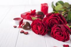 美丽的红色玫瑰和黑暗的巧克力为情人节为华伦泰` s天 免版税图库摄影