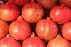 美丽的红色石榴果子在市场上 免版税库存图片