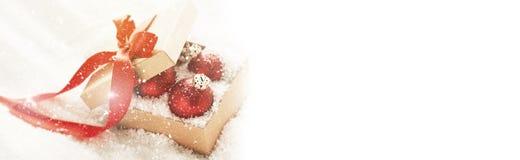美丽的红色经典中看不中用的物品或圣诞节装饰在礼物 免版税库存图片