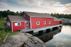 美丽的红色船库 免版税库存图片