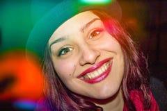 美丽的红色顶头女孩顶头射击有完善的微笑、俏丽的眼睛和帽子的 库存图片