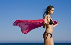 美丽的红色围巾妇女 图库摄影