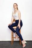 年轻美丽的红头发人初学者模型妇女全长画象实践摆在的白色T恤杉蓝色牛仔裤的显示情感 免版税库存照片