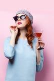 美丽的红头发人女孩画象有饮料的 免版税库存照片