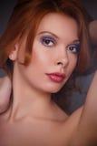 年轻美丽的红头发人女孩 免版税库存照片