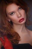 年轻美丽的红头发人女孩 免版税图库摄影