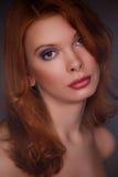 年轻美丽的红头发人女孩 库存图片