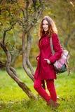 美丽的红头发人妇女室外画象  免版税库存图片