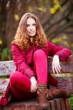 美丽的红头发人妇女室外画象  库存图片