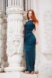 美丽的红头发人少妇室外画象  免版税库存图片