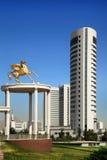 美丽的纪念碑和现代大厦作为背景 免版税图库摄影