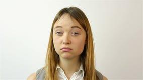 美丽的纵向妇女年轻人 一个美丽的少妇的恼怒画象姿态  哀情姿态  影视素材