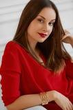 美丽的纵向妇女 愉快的时髦的女人放松和S 图库摄影