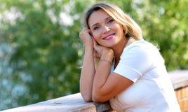 美丽的纵向微笑的妇女 库存照片