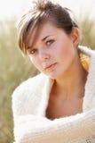 美丽的纵向松弛妇女年轻人 免版税图库摄影