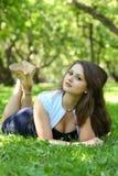 美丽的纵向松弛妇女年轻人 免版税库存照片