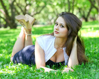 美丽的纵向松弛妇女年轻人 免版税库存图片