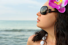美丽的纵向海岸妇女 免版税库存图片