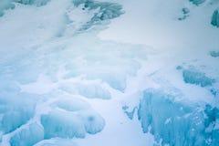 美丽的结冰的瀑布在中央挪威 与一条冻河的冬天风景 库存照片
