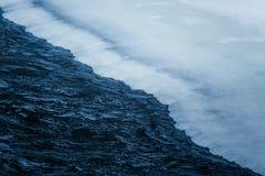 美丽的结冰的瀑布在中央挪威 与一条冻河的冬天风景 库存图片