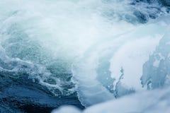 美丽的结冰的瀑布在中央挪威 与一条冻河的冬天风景 免版税库存照片
