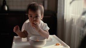 美丽的绿色围嘴的女孩清洗并且吃在慢动作的蜜桔 股票录像