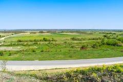 美丽的绿色山谷在一个明亮的晴朗的夏日 库存照片