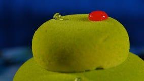 美丽的绿色蛋糕 与下落的美丽的绿色蛋糕 图库摄影