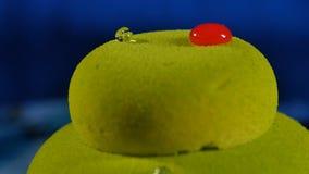 美丽的绿色蛋糕 与下落的美丽的绿色蛋糕 免版税库存照片
