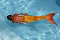 美丽的美人鱼在水中 免版税图库摄影