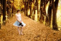 美丽的美妙的女孩木头 免版税库存照片