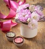 美丽的翠菊花花束和巧克力 免版税库存图片