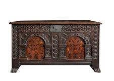 美丽的老古色古香的箱柜树干胸口雕刻了与镶嵌细工 免版税图库摄影