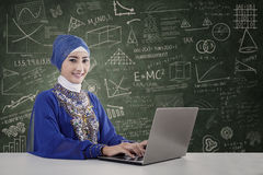 美丽的老师穆斯林 免版税库存照片