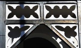 美丽的老白色房子装饰品,在老镇的建筑学在约克,英国 免版税库存图片