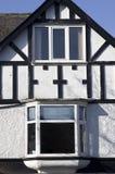 美丽的老白色房子,在老镇的建筑学在约克, 免版税图库摄影