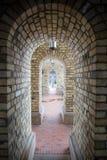 美丽的老砖曲拱隧道 库存照片