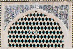 美丽的老砖用绘画马赛克装饰的被装饰的窗口,伊朗 库存照片