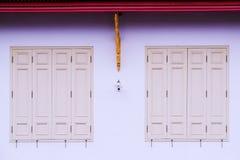 美丽的老窗口和门在白色墙壁上 库存图片