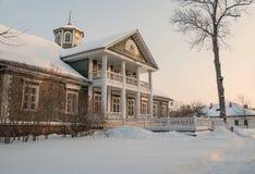 美丽的老豪宅在森林里 免版税库存图片