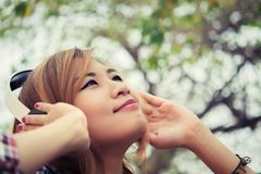 美丽的耳机妇女年轻人 听大声的音乐ou 免版税图库摄影