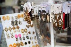 美丽的耳环在市场上 免版税库存图片