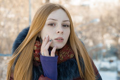 美丽的肉欲的女孩特写镜头画象在冬天 免版税库存照片
