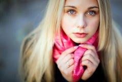 美丽的肉欲的女孩画象有厚实的金发的和蓝色 免版税库存照片