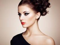 美丽的肉欲的妇女纵向有典雅的发型的 库存照片