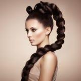 美丽的肉欲的妇女纵向有典雅的发型的 库存图片