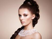 美丽的肉欲的妇女纵向有典雅的发型的 免版税库存图片